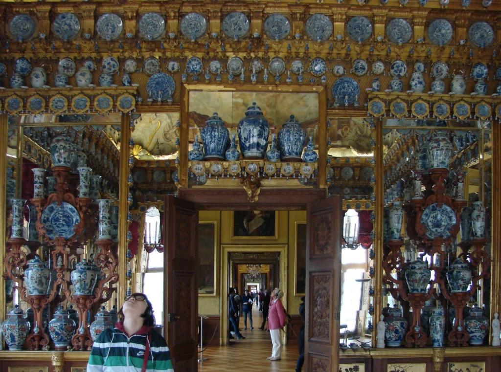 Шарлоттенбург. Фарфоровый зал, содержащий прекрасное собрание китайского фарфора. Фридрих II - внук Софии Шарлотты, вошедшего в историю под именем Фридриха Великого или Старого Фрица - любил этот дворец, напоминавший ему о детстве.