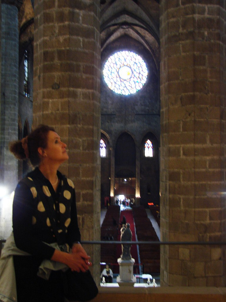 Интерьер собора Санта-Мария-дель-Мар. Хоры на галерее второго яруса, позволяющие созерцать храм в неожиданных ракурсах. Фото М. Бреслав.