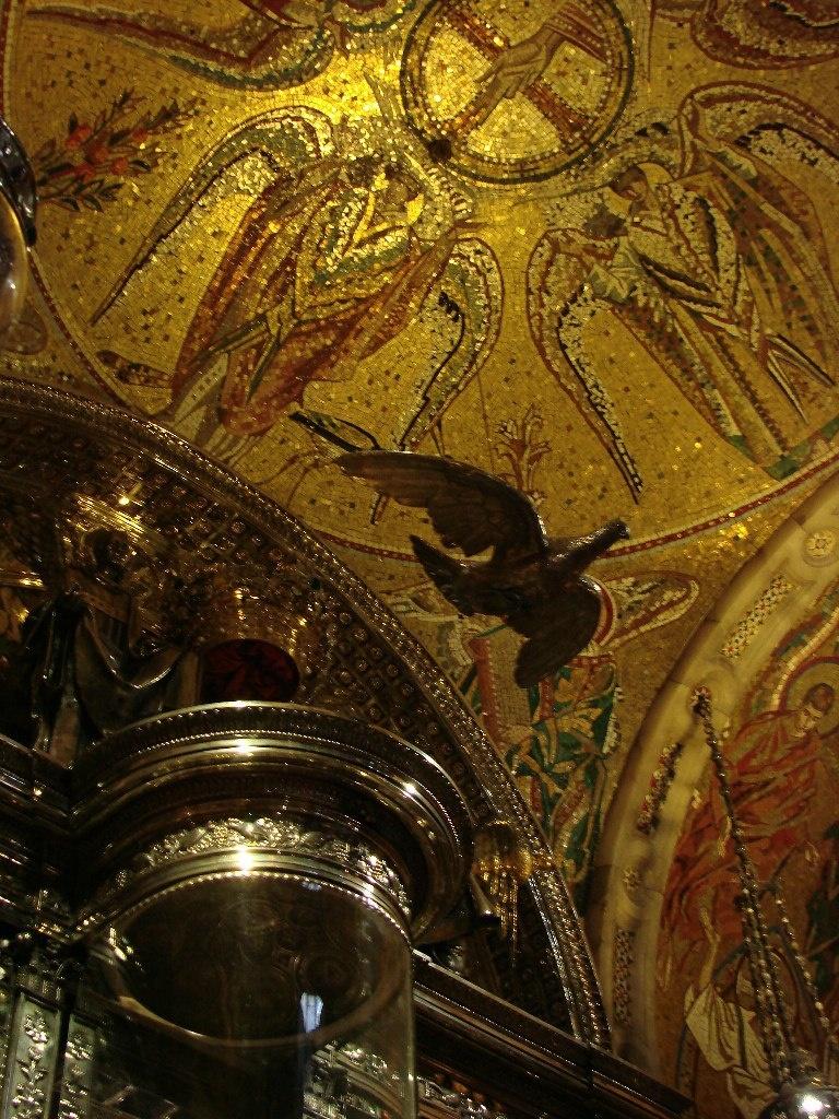 Весь подъем к Мадонне украшен изумительными по красоте работами мастеров, воспевающих Бога в вызолоченных камне и дереве, живописи и мозаике, тоже золотой. Фото М. Бреслав