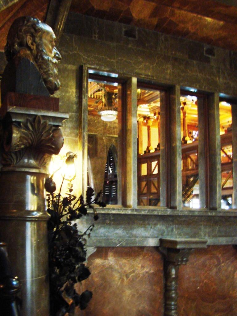 Дворец Гуэля. Вид с антресоли на бюст отца Гуэля и оконный проем в Малую гостиную Приватной части Дворца. Все друг с другом соотносится, соразмеряется, как Гармония велит.