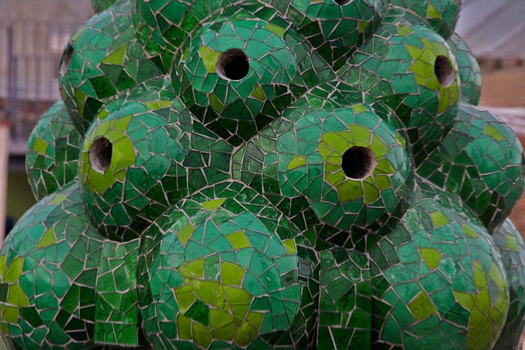 Фрукты покрыты венецианским стеклом и блестят в солнечных лучах.