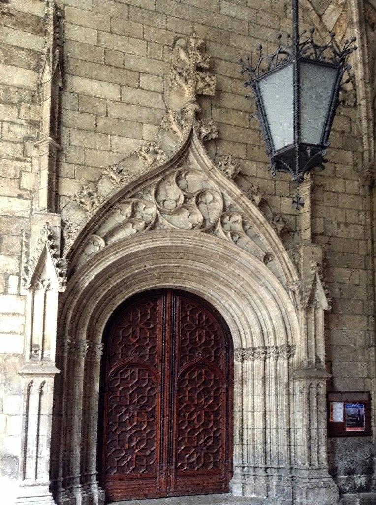 Клуатр в Кафедральном соборе Святой Евлалии.... Декор портала, ведущего во внутренние помещения собора, куда, полюбовавшись каменным декором, мы и пройдем... только через главный портал, для чего нам придется выйти на Соборную площадь...