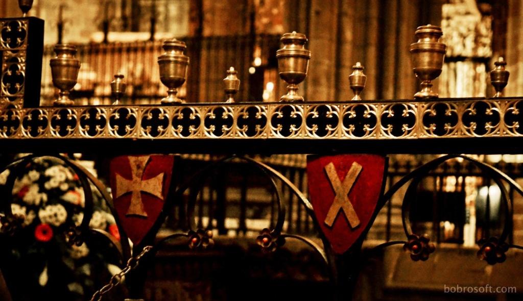 Кафедральный собор в Барселоне. Декор стен, ограждающих пространство заседаний рыцарей Ордена Золотого руна.