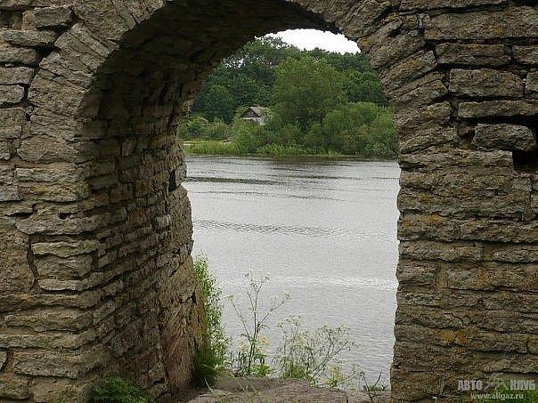 Бойница в двухметровой стене Староладожской крепости, открывающая прозор на Волхов в самом узком его месте