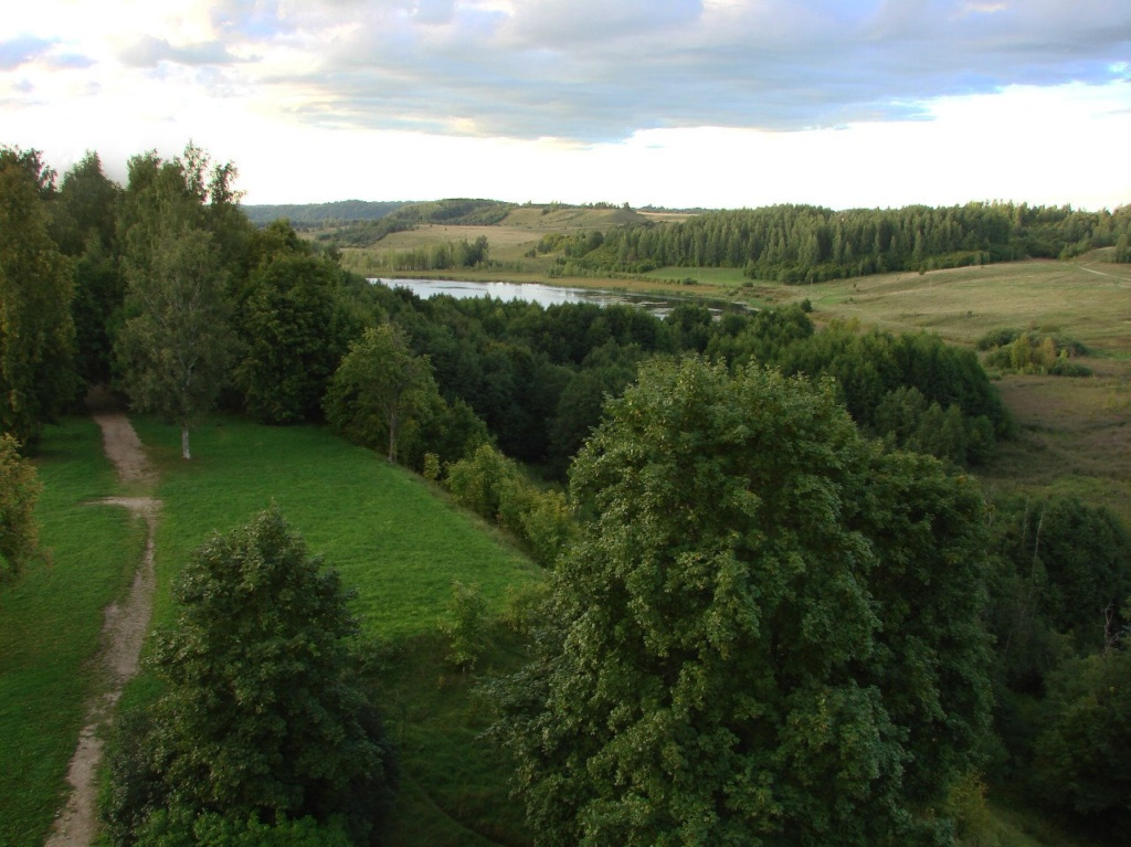 Вид на окрестный пейзаж с прогулочной галереи. Мальское озеро в 4 км. от Изборска, на берегу которого стоит деревня с уютным названием Малы...