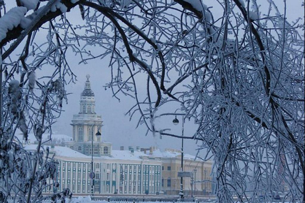 Вид с Сенатской площади на здание Кунсткамеры, пришедшей из Петровского времени.