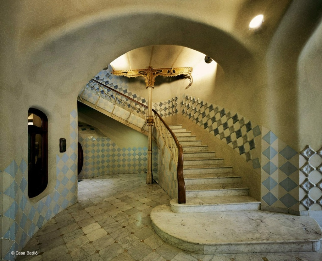 Барселона. Каса Бальо. Антонио Гауди. 1906. Мы спустились по лестнице или будем подниматься? В любом случае, делать это нам придется не первый раз - не первый раз проигрывая мистический процесс очищения...