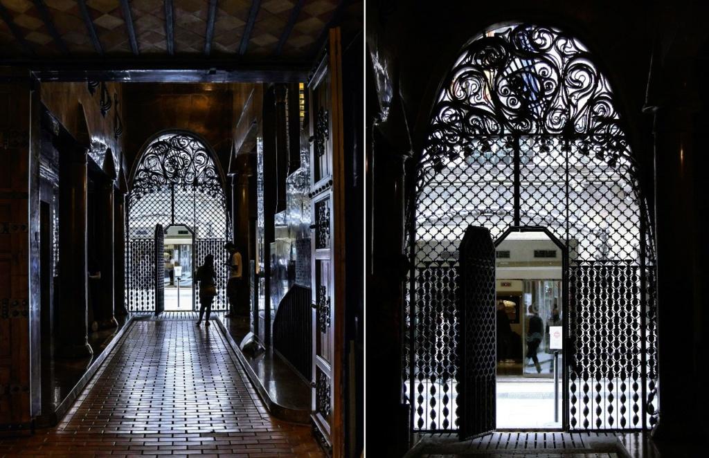 Дворец Гуэля. Главный фасад, выходящий на узкую улицу Nou de la Rambla. Вид из вестибюля Дворца на въездные ворота.