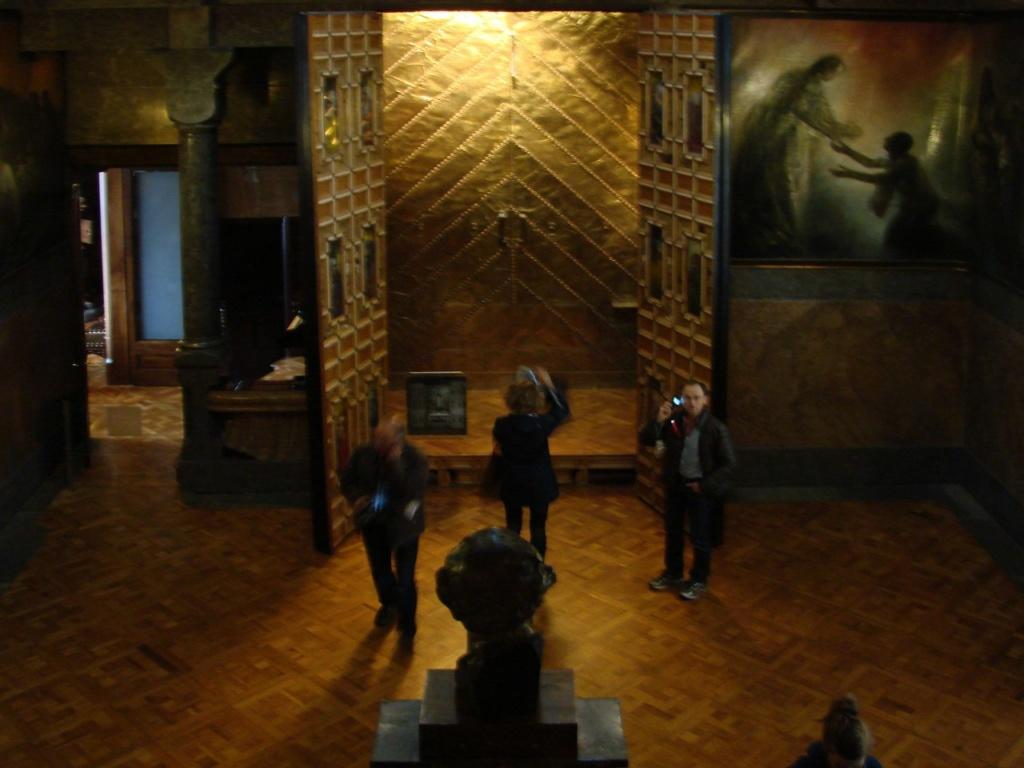 Дворец Гуэля. Вид на домашнюю молельню с уровня антресоли. На переднем плане - бюст отца Гуэля.