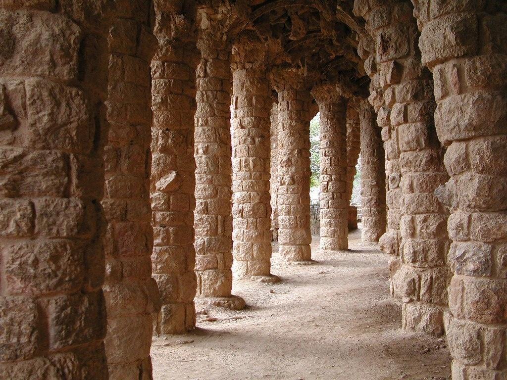 """Парк Гуэля. Средний (""""виадук Дерева"""") — в стиле барокко. Здесь стоит три ряда мощных вертикальных, как положено, колонн, что при изгибе оси колонного зала создаёт не менее зачаровывающую игру перспективы..."""