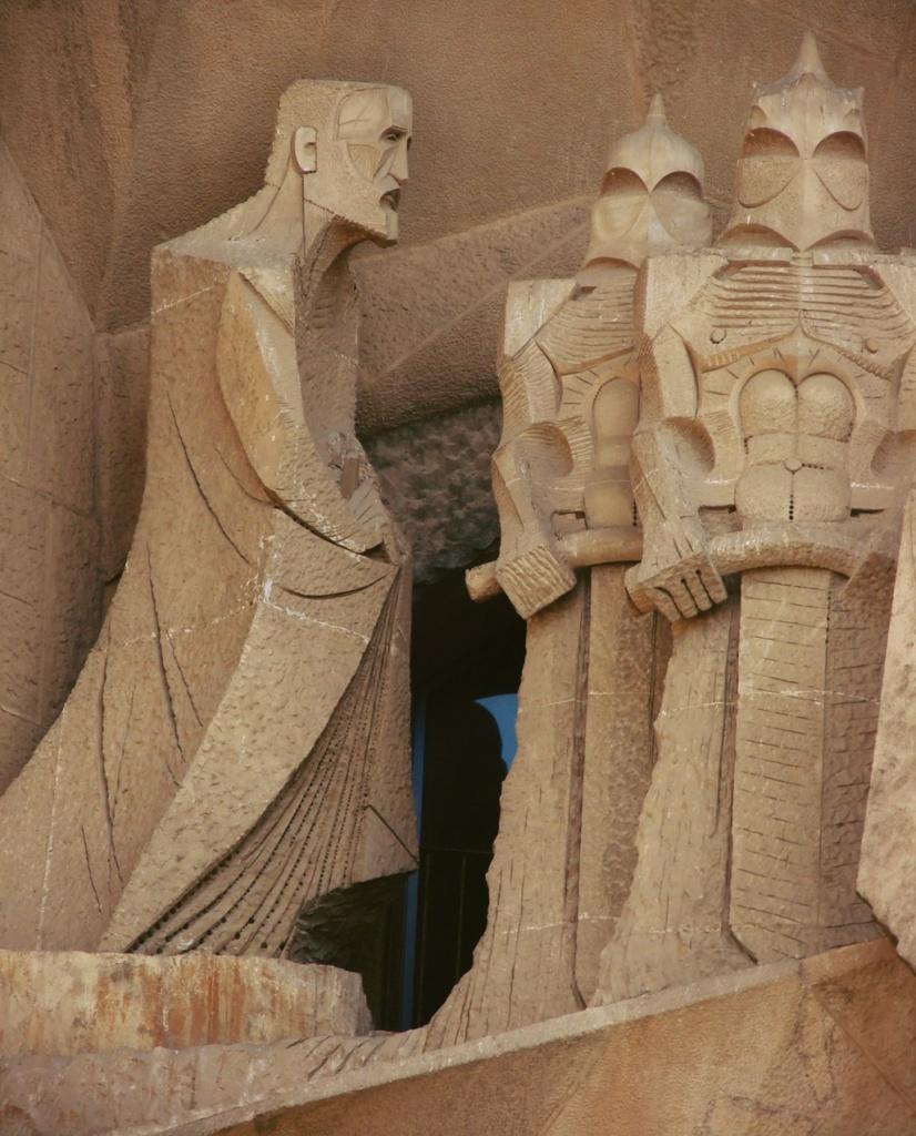 """Фасад """"СТРАСТЕЙ ХРИСТОВЫХ"""". Средний уровень главного портала: """"ВЕРОНИКА И ПЛАТ С ОТПЕЧАТКОМ ЛИЦА ИИСУСА"""".  Крайняя фигура слева, так называемый, Евангелист в образе Гауди."""