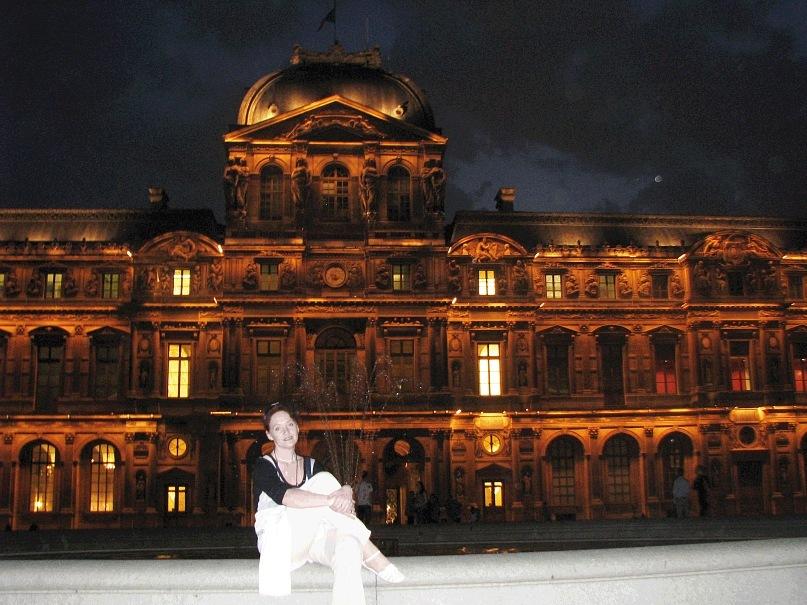 """Париж в ночи способен делать щедрые подарки. Врата, что ведут в """"Квадратный двор"""" Лувра, оказались открытыми, можно было превращаться в тени, что не исчезнут насовсем, что непременно вернутся..."""