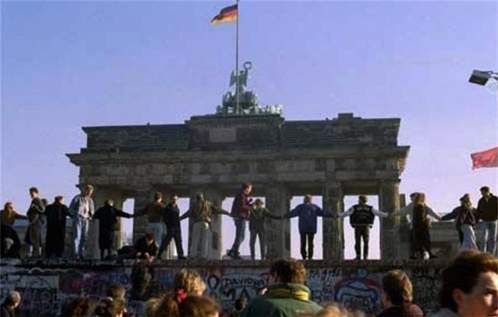 Одно из событий при Горбачеве, доказывавших реальность ПЕРЕСТРОЙКИ, - РАЗРУШЕНИЕ БЕРЛИНСКОЙ СТЕНЫ. Народ радуется в ожидании перемен.  Политики ведут политические игры...