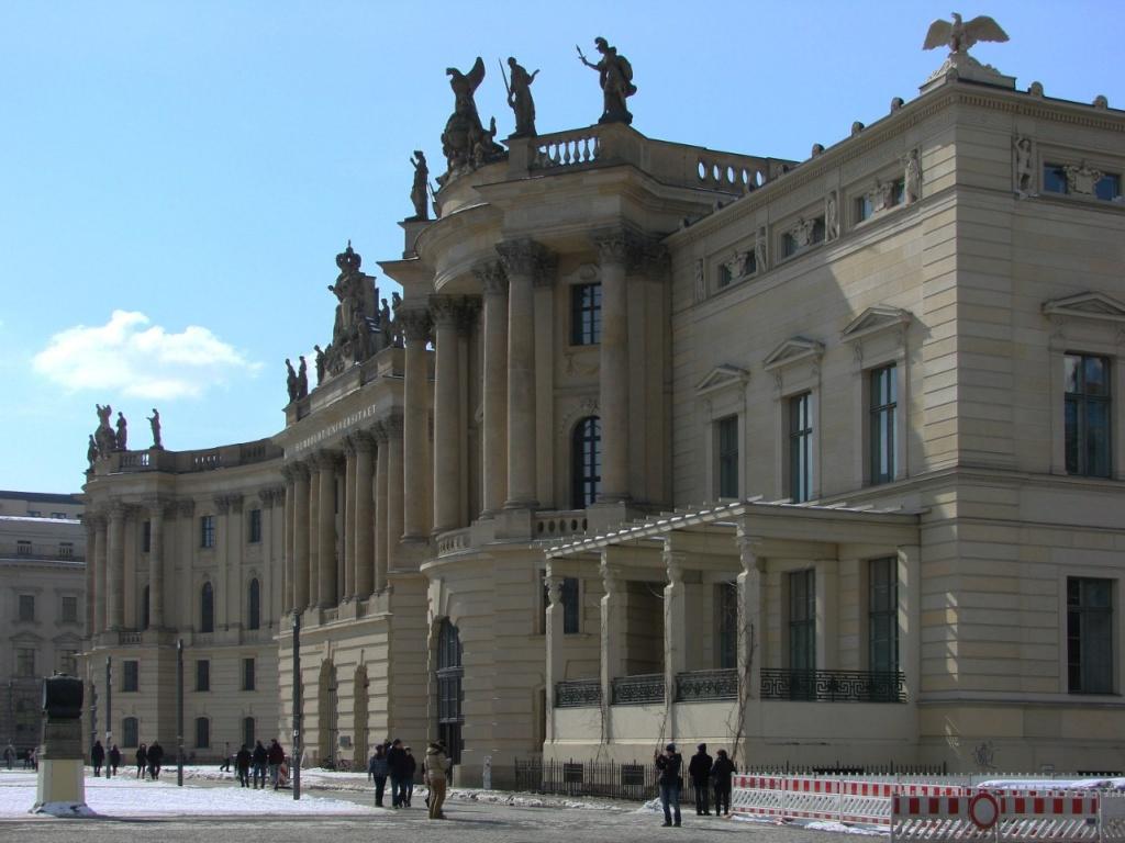 Площадь Бебельплац на противоположной от Университета Гумбольдта стороне Унтер-ден-Линден. Здесь расположена библиотека Университета и место сожжения книг в 1933 году...