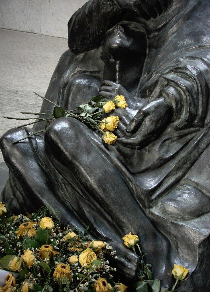 """Мавзолей-памятник жертвам фашизма и милитаризма. Скульптура Кете Кольвиц """"Мать с погибшим сыном"""". 1938."""