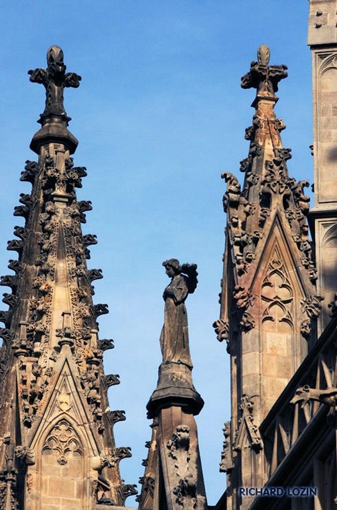 Барселона. Кафедральный собор Святого Креста и Святой Евлалии. Завершие Собора: звонницы, шпили, венчающая скульптура...