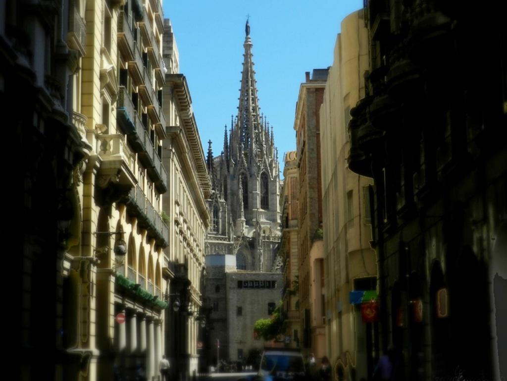 """Готический квартал Барселоны. 70 метровый шпиль Кафедрального собора в перспективе улицы, что как бы играет с вами, показываясь в прорыве улиц и опять скрываясь. Против подобных """"игр"""" не устоять - на ось собора идем...."""