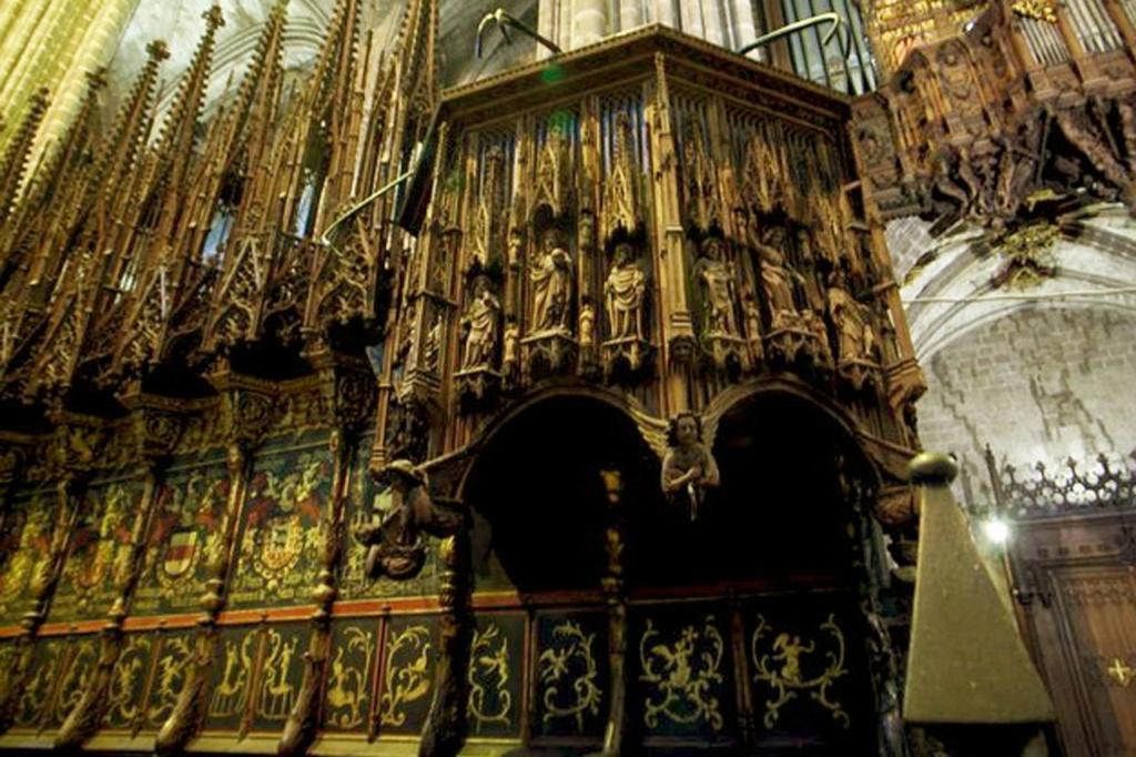 Кафедральный собор в Барселоне. Декор сени над епископской кафедрой. Работа Са-Англады.