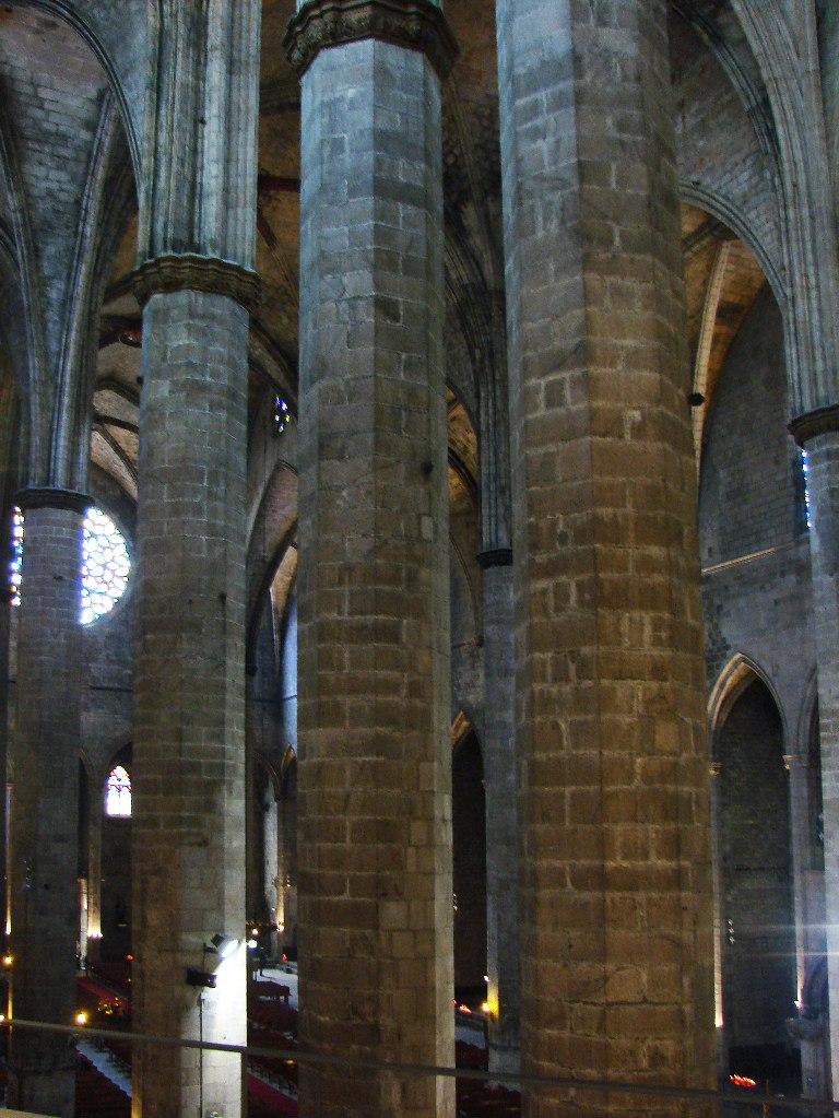 Интерьер собора Санта-Мария-дель-Мар Лес восьмигранных колонн с уровня галереи второго яруса. Фото М. Бреслав.
