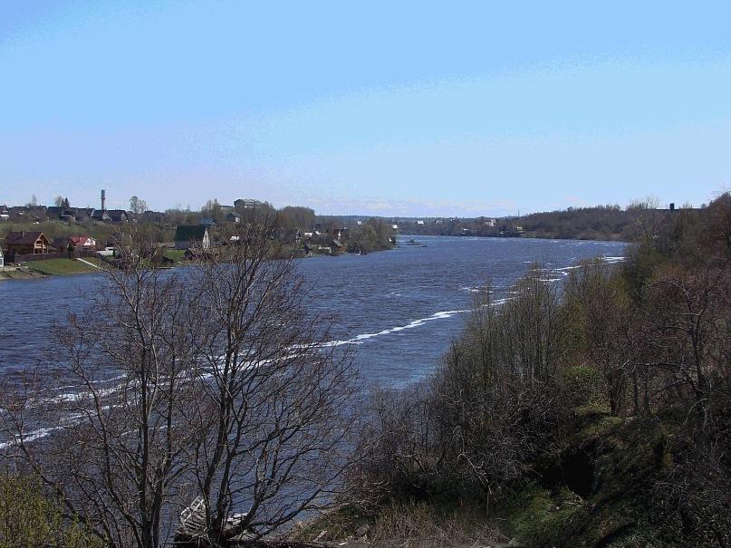 Вид на Волхов за Староладожской крепостью. Впереди по течению - Великий Новгород...