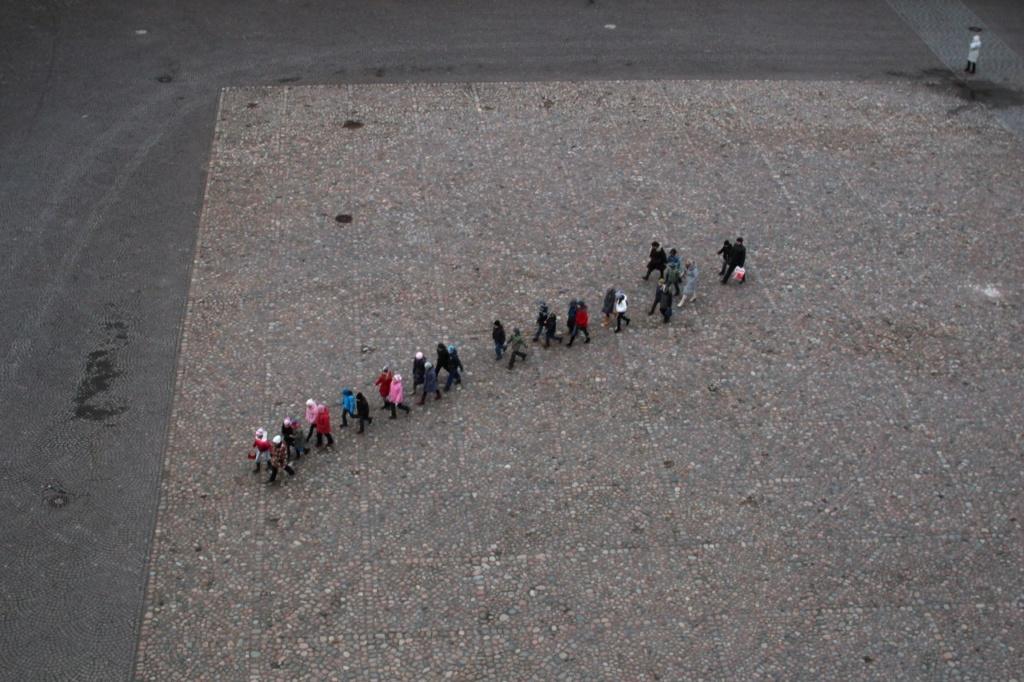 Вид сверху на Соборную площадь, по которой, как положено, шагают дети....
