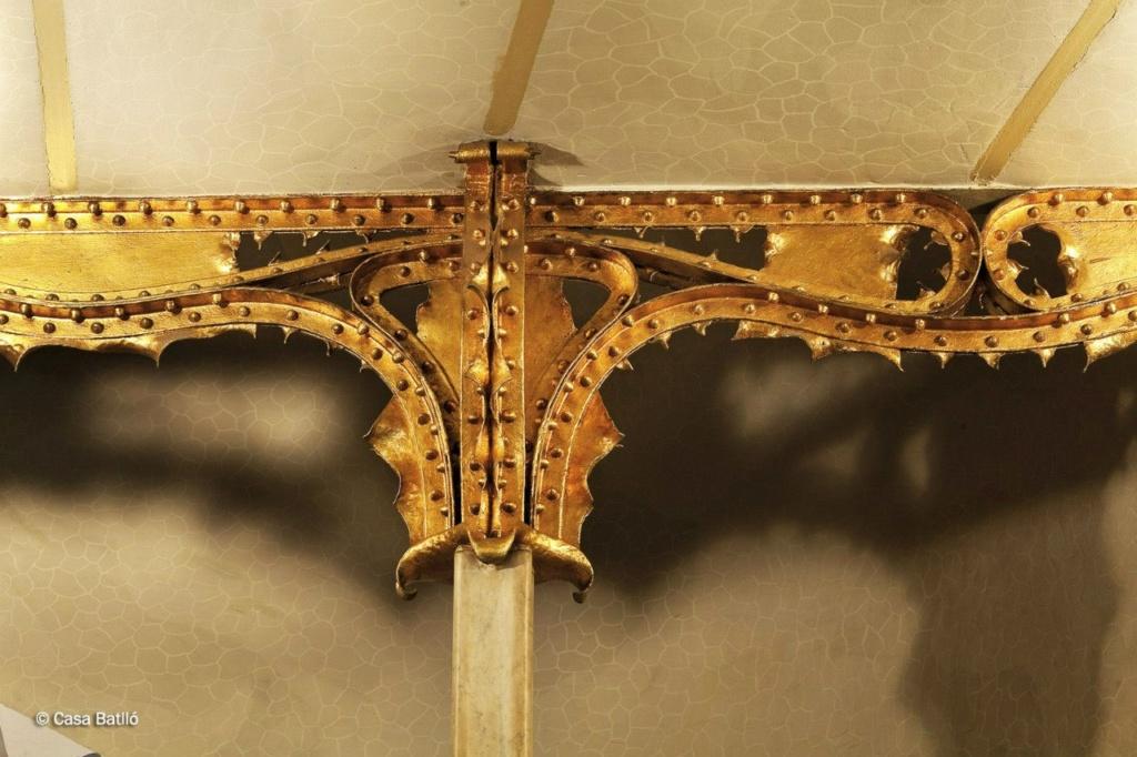 Барселона. Каса Бальо. Антонио Гауди. 1906. Золотое завершие стойки в вестибюле с каким-то символическим значением. Каким? Гауди не объясняет образов, возникающих в его воображении, он их преподносит как чудесное обещание...