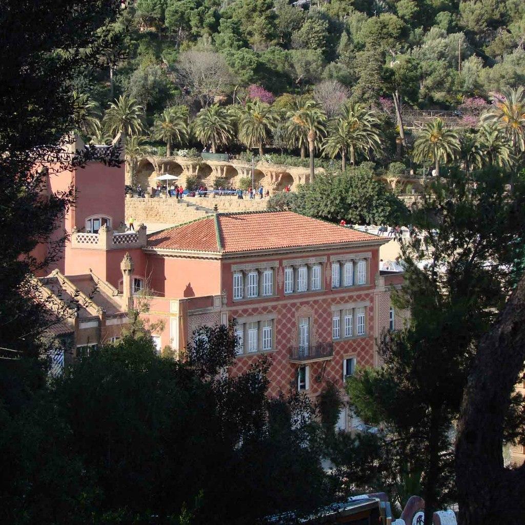 Второй участок в самом низу Парка, слева от главного входа купил сам Гуэль, чтобы возвести на нем дом в рекламных целях. В 1910 году, после определенных переделок, дом этот стал пригородной резиденцией семьи Гуэлей.