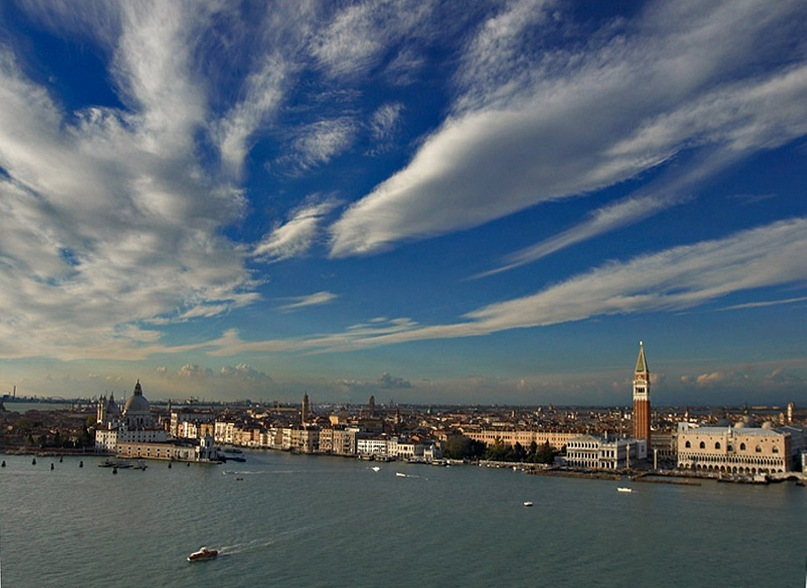 Самая красивая панорама Венеции с вертикалью Кампанилы, аркадами Дворца дожей, силуэтом церкви Санта Мария делла Салюте. За пределами фото, - зеленый остров Лидо. Только вапоретто - речной трамвайчик - должен бежать не к нему, а от него...