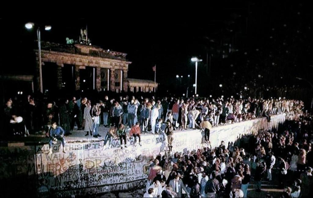 Падение Берлинской стены в ночь с 9 на 10 ноября 1989....