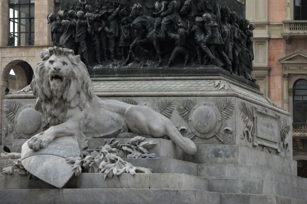 Лев на памятнике имперским амбициям Италии...