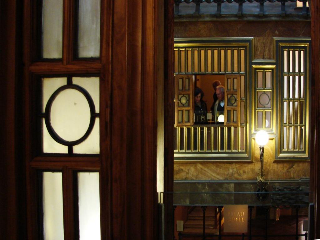 Дворец Гуэля. Второй этаж Центрального салона, закрытый просветной перегородкой с открывающимися ставнями, чтобы обитатели жилых покоев могли видеть царственный салон.
