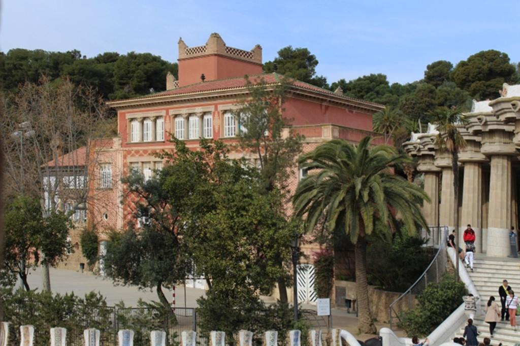 Второй участок в нижней части Парка, слева от главного входа купил сам Гуэль, чтобы возвести на нем дом в рекламных целях. В 1914 году Эусебио Гуэль скончался. Его потомки переехали в городской дворец, в доме разместилась муниципальная школа.