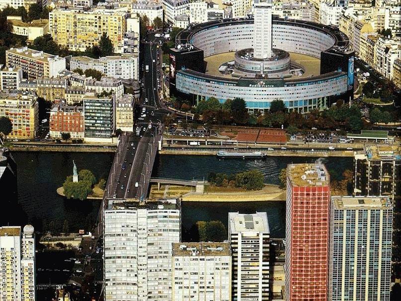 """Фотографии Philippe Guignard из книги """"Париж между небом и землей"""". Здание «Радио Франсе» рядом с мостом Гренель."""