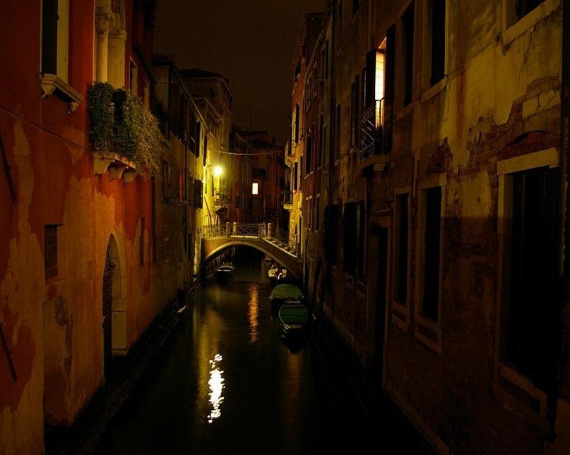 """""""Недра Венеции"""" в ночи: вода и камень, мостиками воедино спаянные. Когда, при сирокко, вода в каналах нагревается, румяна со стен зданий сползают, стекают, отваливаются, обнажая Лживую красоту. Бывшая """"Царица морей"""", где ты?"""
