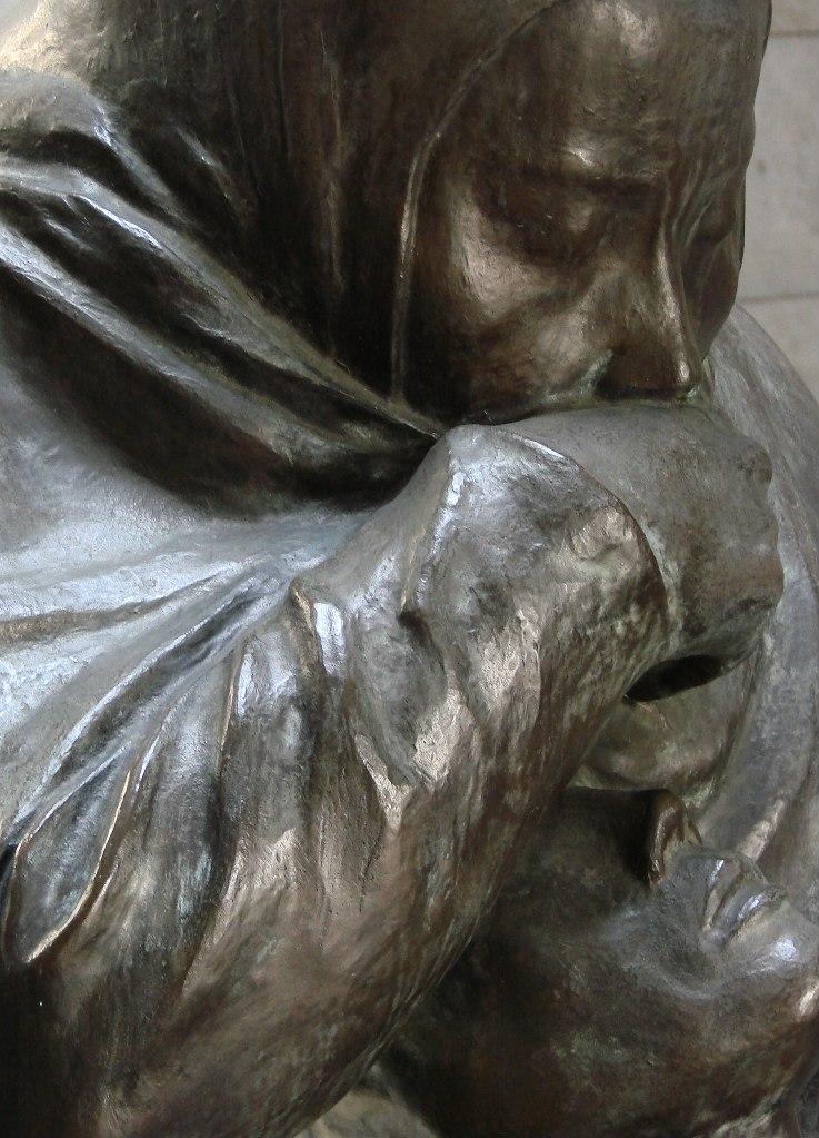 """Мавзолей-памятник жертвам фашизма и милитаризма.  Скульптура Кете Кольвиц """"Мать с мертвым ребенком"""". 1938."""