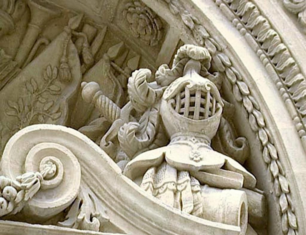 Тимпан, заполненный рыцарской атрибутикой -  типичное для Мальтийского ордена уставное утверждение...