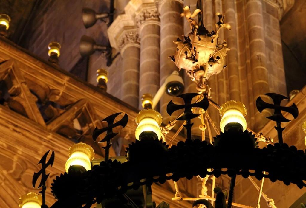 Кафедральный собор в Барселоне. Декор люстр, освещающих центральный неф, в которых светильники перемежаются с крестами во славу рыцарей Ордена Золотого руна...