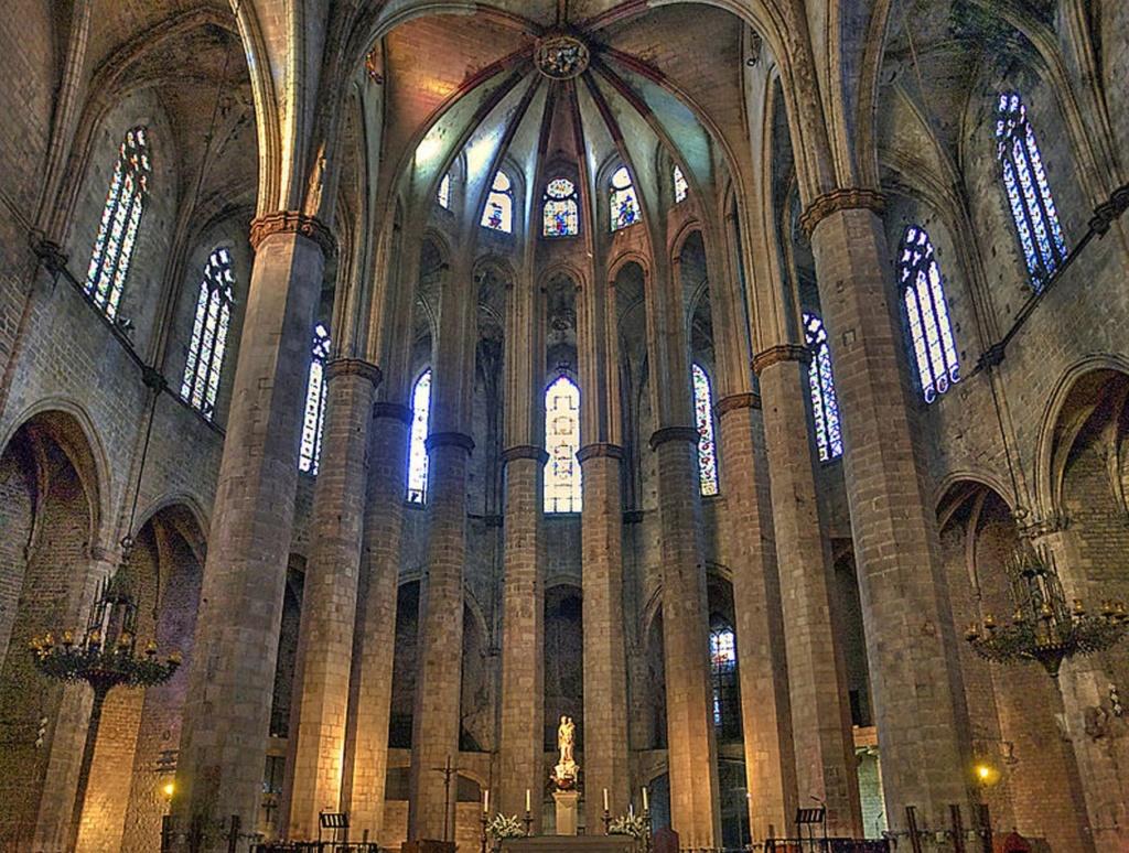 Интерьер собора Санта-Мария-дель-Мар. Главный вид на восточный торец базилики, где располагается трехуровневая апсида и полусферическое завершие над ней. Фото из Интернета.
