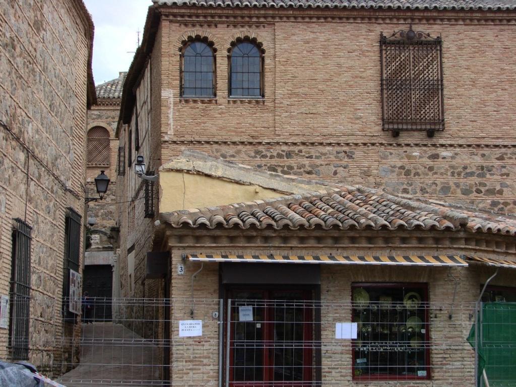 Нами увиденные типичные для Толедо дома: сложенные из кирпича и камня, с черепичными крышами, с мавританским орнаментом в обрамлении окон.