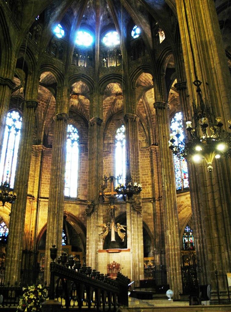 Кафедральный собор в Барселоне. Вид на апсиду из Хора. Сейчас в Хоре среди чудо-кресел для рыцарей установлены простые скамьи для простых прихожан. Мы этой милостью не воспользовались - заглянули лишь в Хор.