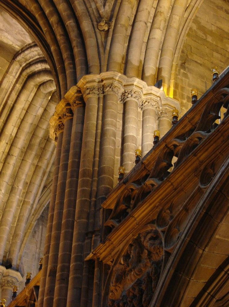 Кафедральный собор в Барселоне Несущие конструкции собора в их художественном обличье. Второй объект - сочетание опорных столпов и стрельчатых арок.
