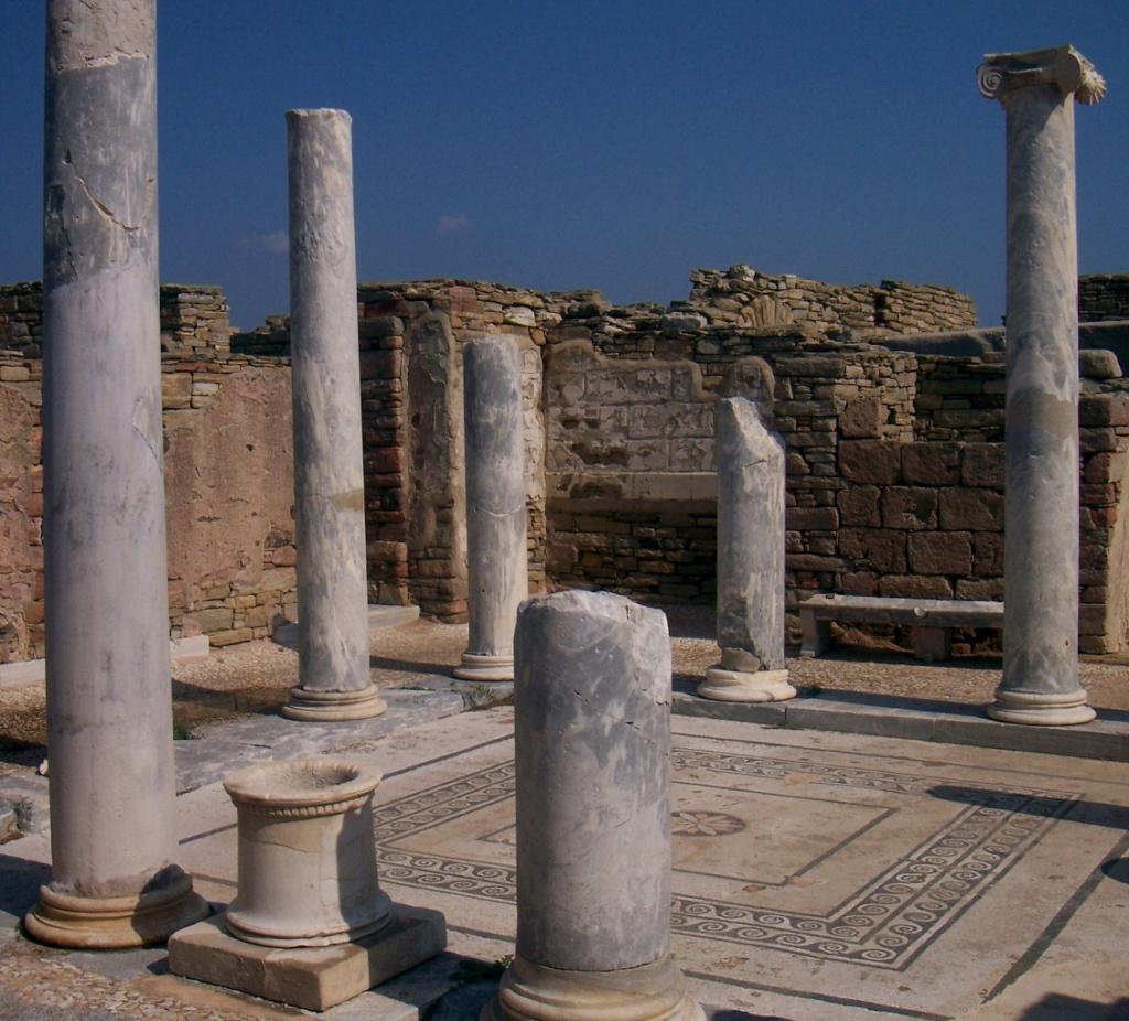 Делос был разрушен и разграблен дважды: в 88 г. до н.э. - Понтийским царем Митридатом, который воевал с римлянами, а в 69 г. до н.э. - пиратами под предводительством Аполлодора, союзника Митридата.