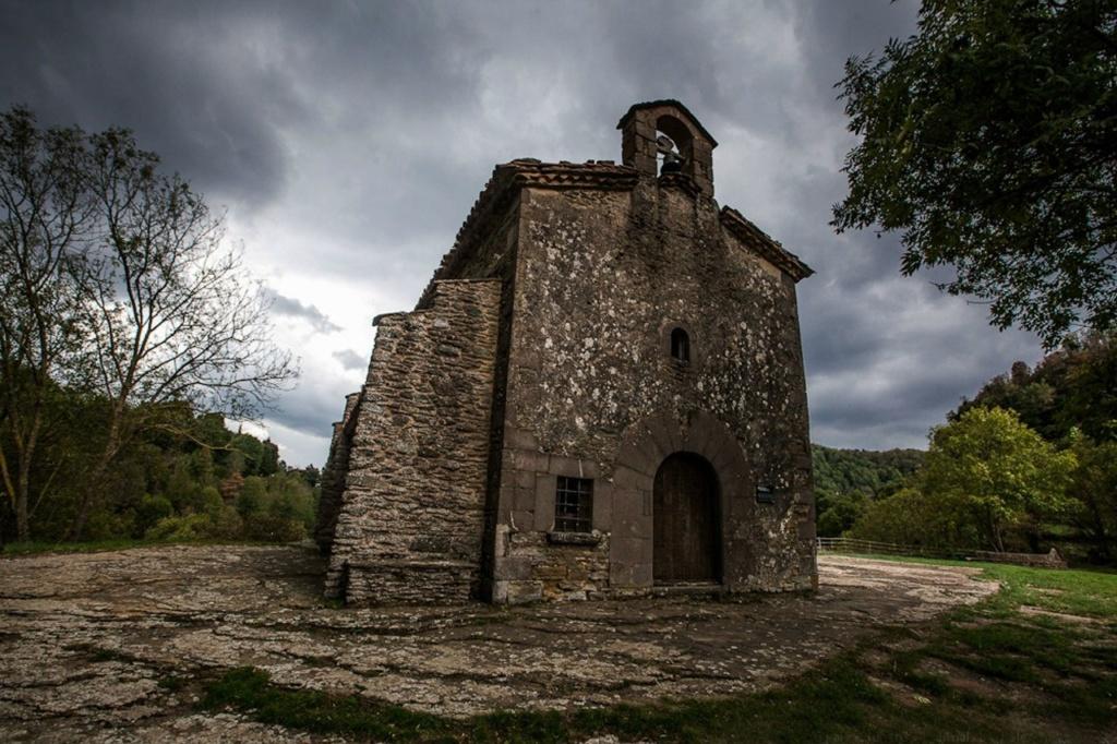Не верхней площадке стоит надменная каменная тяжелая церковь Сан-Хуан-де-Фабрегас - Святого Иоанна Предтечи, построена в XI в. Все вокруг заросло лесом. Вид на Рупит не раскрывается. И обрыв, с которого ведьм сбрасывали со скалы, не найти. И не надо?!