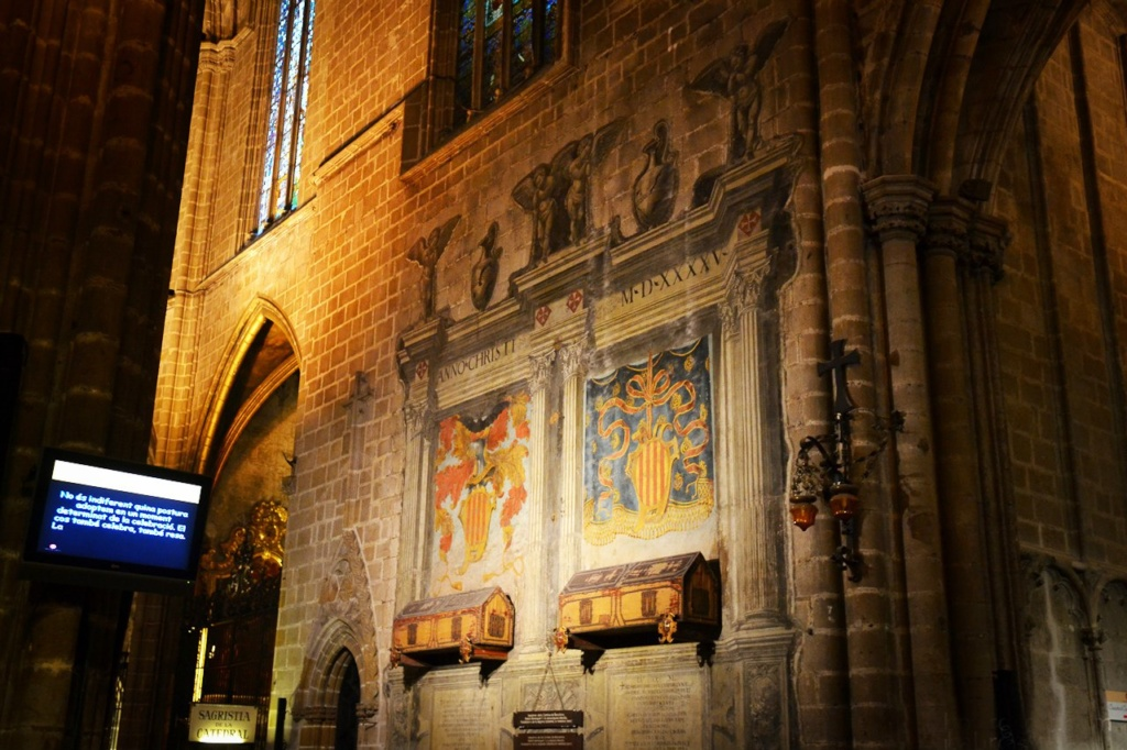 К стене (как это было принято в романских соборах) прикреплены два расписных деревянных саркофага. В них покоятся останки основателей собора: графа Рамона Беренгера I, прозванного Старым, и его жены – красавицы Альмодис де ла Марш.