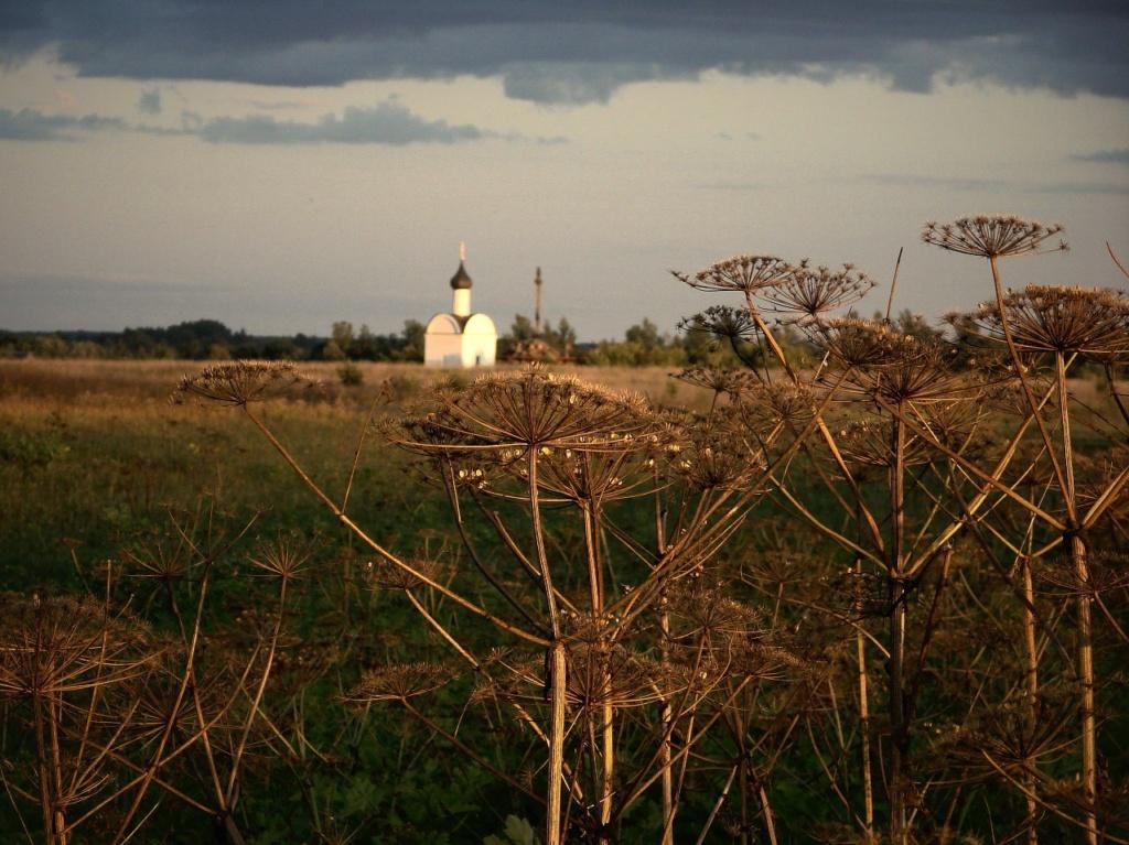Новая церковка на брошенном поле, наверное, чьей-то памяти посвящена...