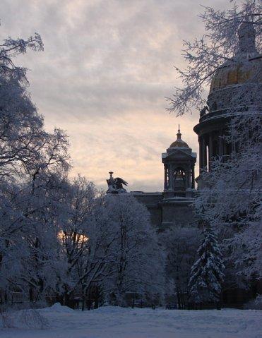 Вид на Исаакиевский собор со стороны Сенатской площади в зимний сумеречный вечер...