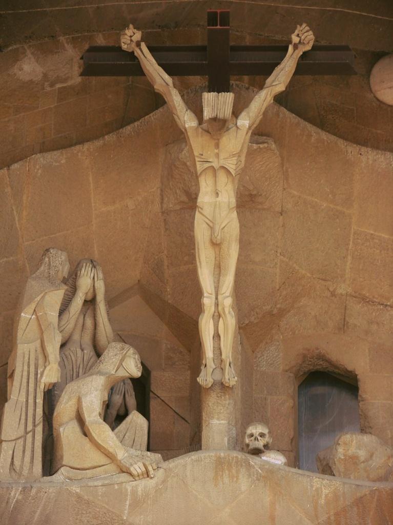 """Фасад """"СТРАСТЕЙ ХРИСТОВЫХ"""". Верхний уровень главного портала - """"РАСПЯТИЕ"""". У подножия Креста – череп Адама... образ смертного человечества, которое Христос искупает от смерти."""