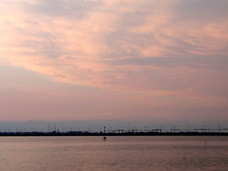 Венецианская лагуна в розовых лучах предстоящего рассвета...