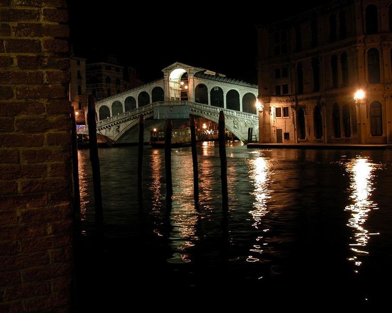 Самый красивый вид на мост Риальто - в ночи, так я считаю. Он - произведение Чистой красоты, которую вот-вот и поглотит Тьма глухая, угрожающая, все скрывающая, все погубить обещающая. Или противостоит угрозе мост Риальто? Утром узнаем...