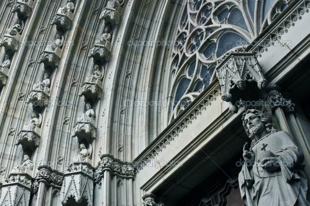 Барселона. Кафедральный собор Святого Креста и Святой Евлалии. Перспективная арка центрального портала и фигура Христа при входе в Собор...
